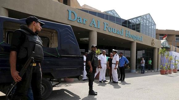 Efectivos de la policía de Egipto hacen guardia en el hospital donde se recuperan los turistas mexicanos.