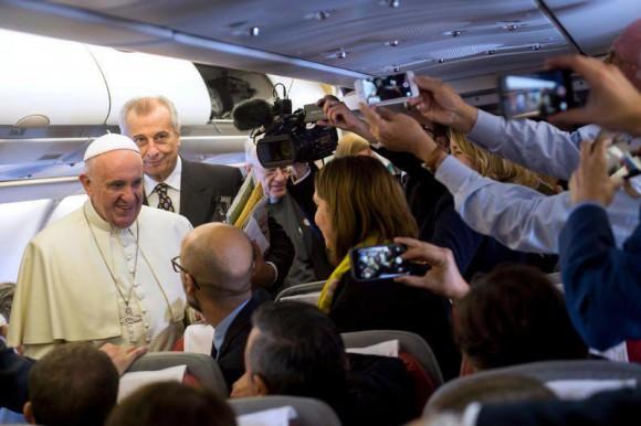 El Papa Francisco en el vuelo Roma-La Habana, saluda a los periodistas.