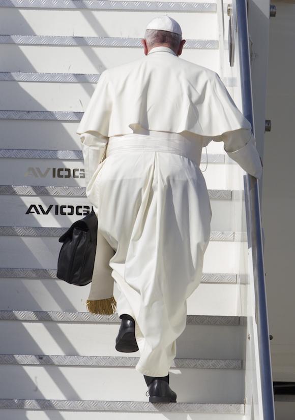 El Papa con su bolso de cuero negro, subiendo esta mañana el avión de Alitalia con destino a La Habana. Foto: Riccardo De Luca, AP