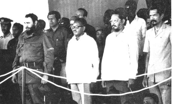 Visita del Comandante en Jefe Fidel Castro a  Angola, en el primer aniversario de la victoria, 1976. A la derecha del líder cubano, el presidente Agostinho Neto, Jorge Risquet y Lucio Lara, dirigente del MPLA. Foto: Archivo de Cubadebate