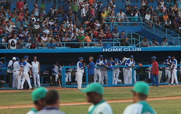 Una espera por mas de una hora en el estadio. Foto: Ismael Francisco/Cubadebate.