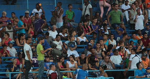 Los aficionados a la espera del comienzo del juego. Foto: Ismael Francisco/Cubadebate.