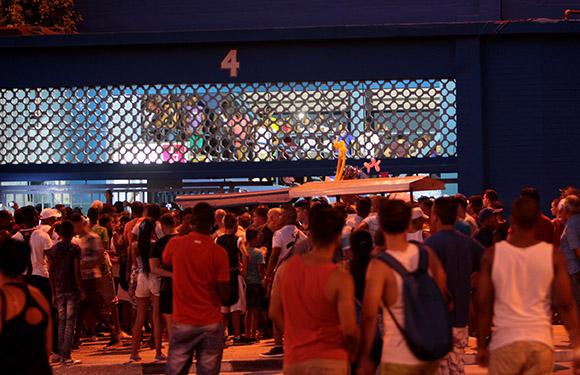Los aficionados reclamando la devolucion del dinero de la entrada al Estadio, algo que no sucedio. Foto: Ismael Francisco/Cubadebate.