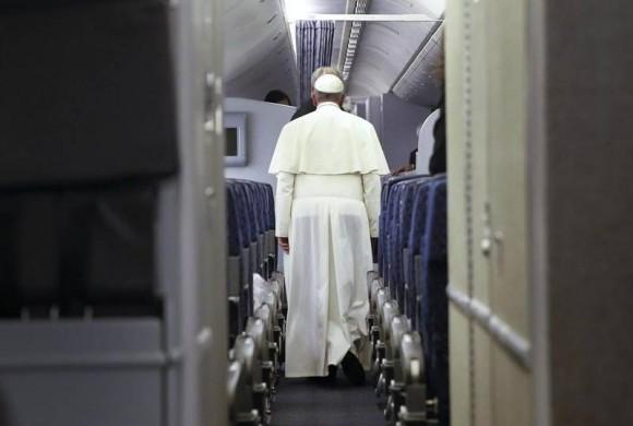 Francisco hoy en el avión de American Airlines, de Filadelfia a Roma. Foto: ANSA