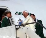 Francisco aborda el vuelo de Alitalia. Foto: Archivo