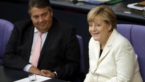 Gabriel (izquierda) y la cancillera Merkel, en una sesión parlamentaria en el Bundestag, en Berlín, este martes. Foto: Michael Sohn/ AP