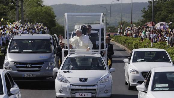 """El Papa Francisco recorre las calles de Holguín antes de su misa en la Plaza de la Revolución """"Calixto García"""", de Holguín. Foto: Ismael Francisco/ Cubadebate"""