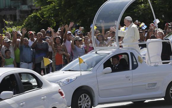 El Papa Francisco recorre las calles de la ciudad de Holguin. Foto: Ismael Francisco / Cubadebate