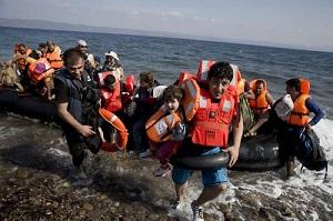 En la isla griega de Lesbos (en la imagen) hay por ahora unos 20 mil migrantes que buscan refugio. Foto Ap