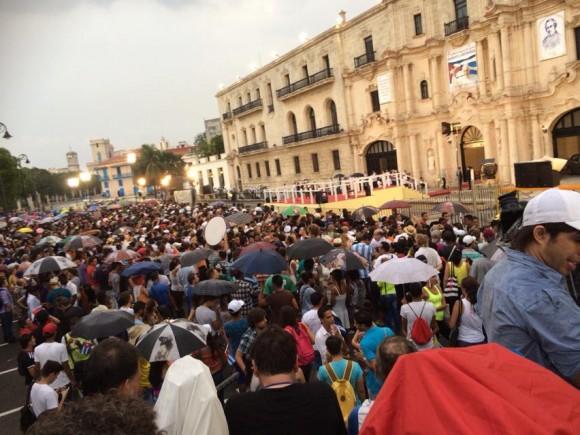 Jóvenes reunidos en las afueras del Centro Cultural Félix Varela.