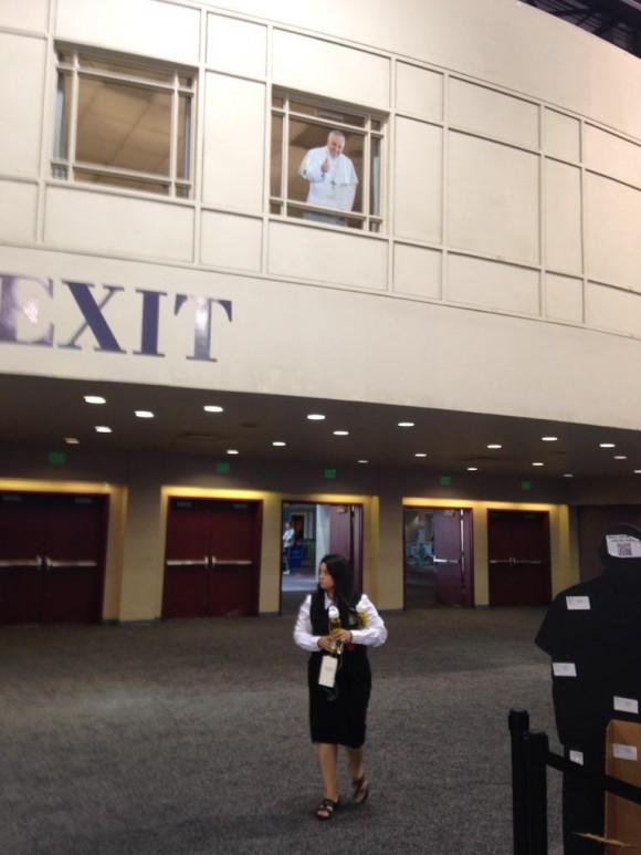 Lo mejor del Centro de Prensa, en Filadelfia, son las fotografías a tamaño natural del Papa Francisco, con las que todos nos hacemos un selfie. Aquí, el Papa parece saludar desde lo alto de una ventana. Foto: Elisabetta Piqué
