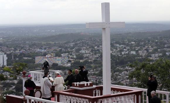 El Papa bendice a la ciudad de Holguín desde la loma de la Cruz. Foto: Ismael Francisco / Cubadebate