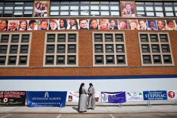 """El Papa visitó el colegio católico """"Our Lady Queens of Angel"""" de East Harlem donde se tomó fotos selfies, escuchó canciones y rezó con los pequeños; lo acompañó el alcalde de Nueva York, Bill de Blasio. Esta imagen es de la mañana, cuando . se esperaba a FranciscoFoto: The New York Times"""