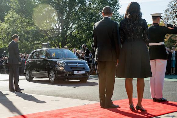 El Presidente Barack Obama y la Primera Dama, Michelle, ven acercarse el carro  Fiat 500L donde viene el Papa Francisco, que realizó una visita de cortesía al mandatario estadounidense. Foto: Andrew Harnik/ AP