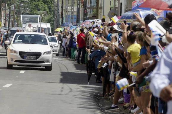 El Papa Francisco recibe el cariño del pueblo holguinero a su paso por la ciudad.