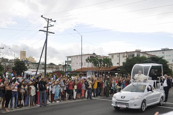 El Papa a su paso por la calle 31. Foto: Raúl Fergo / Cubadebate.