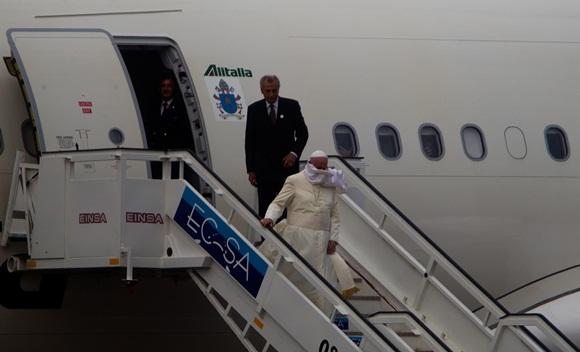 El Papa Francisco baja por la escalerilla del avión. Foto: Ladyrene Pérez / Cubadebate.