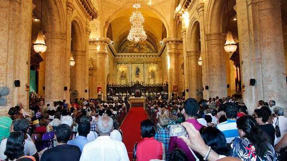 Los fieles presencian al Santo Padre en la Catedral de La Habana.