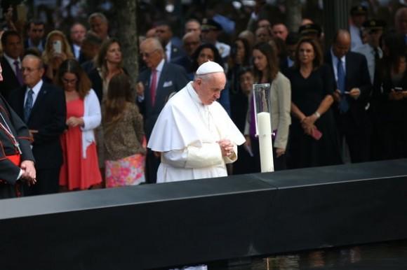 Francisco pudo escuchar el agua que cae. Oración en el Memorial a las víctimas del 11 de Septiembre de 2001. Foto: The New York Times
