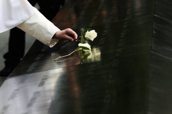 Francisco coloca una rosa blanca sobre el mausoleo de mármol negro dedicado a las víctimas del 11 de Septiembre de 2001 en Nueva York. Foto: The New York Times