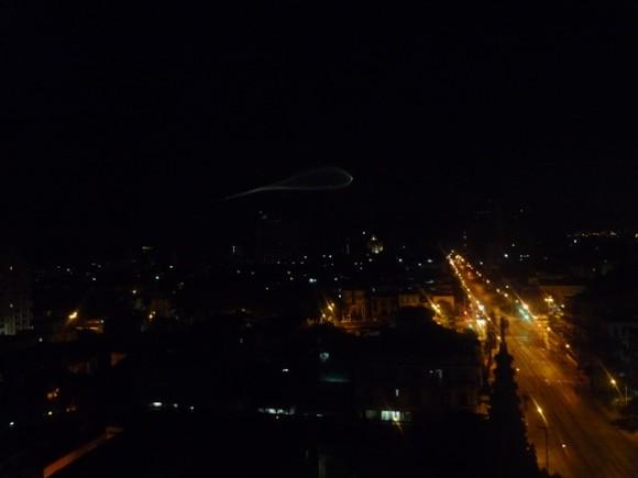 La línea paralela de luces es toda la avenida 23 desde F hacia Malecón. Foto: Katiuska Blanco