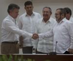 Se saludan Juan Manuel Santos y Timoleón Jimenez tras la firma de los acuerdos. Foto: Ladyrene Pérez