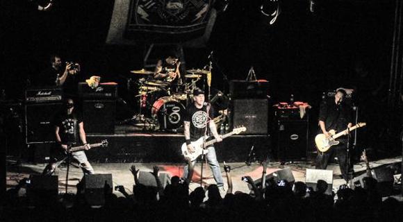 """El grupo norteamericano de Hard Rock, """"J. C. Ramone"""", en una presentación este sábado en el centro Cultural Máxims Rock. Foto: Oriol de la Cruz Atencio / AIN"""