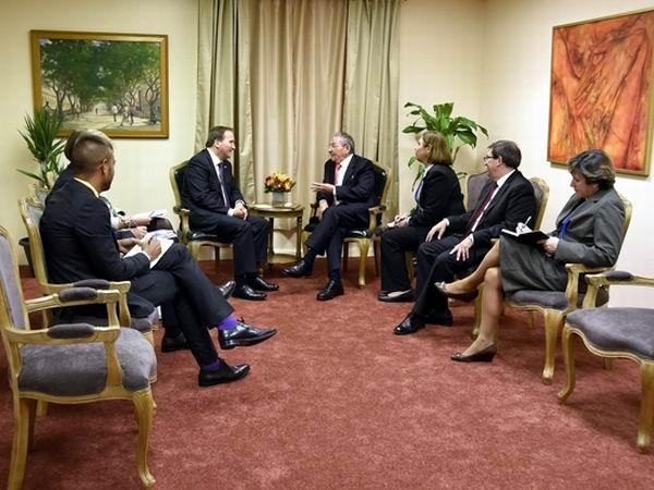 El primer ministro de Suecia, Stefan Lofven, también acudió a la sede de la Misión de Cuba para reunirse con Raúl, el 26 de septiembre de 2015. Foto: Estudios Revolución