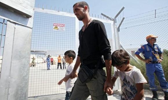 Refugiados sirios rescatados este fin de semana por la Guardia Costera chipriota a su llegada a un centro de acogida cerca de Nicosia.