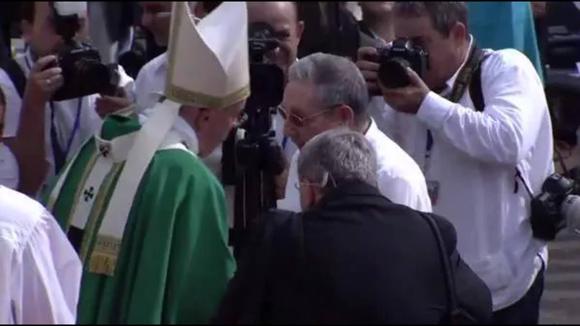 El Papa Francisco saluda al presidente cubano Raúl Castro al finalizar la Santa Misa en La Habana.