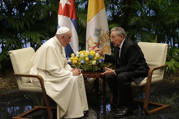 Al momento de los saludos el Papa agradeció al presidente Castro su acogida y particularmente «los indultos» para alrededor de 3500 detenidos en las cárceles cubanas, como signo de atención en ocasión de la visita papal. Foto: Ismael Francisco/ Cubadebate.
