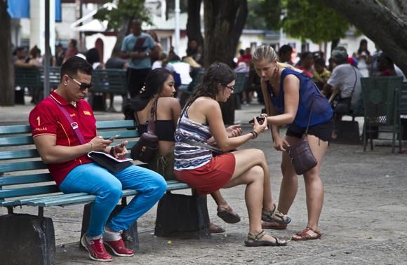 El objetivo del año es brindar el servicio de conectividad en al menos tres parques de cada municipio capitalino más zonas importantes. Foto: Ladyrene Pérez / Cubadebate