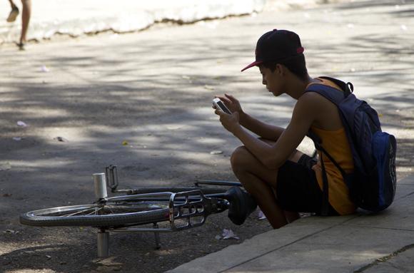 Jóvenes cubanos acceden a la wifi