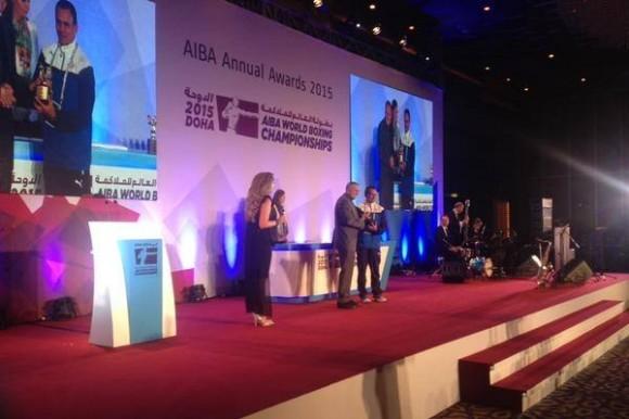 Acebal recibe su premio como mejor entrenador de la Serie Mundial de Boxeo. Foto: AIBA