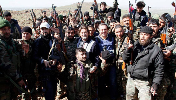 Junto a combatientes del ejército nacional sirio en el  frente Damasco-Quneitra-Daraa. (Foto: Cortesía del autor.)