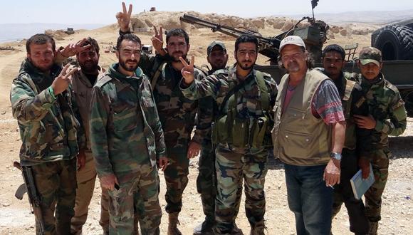 Con combatientes sirios en las montañas del Qalamoun,  en la frontera sirio-libanesa. (Foto: Cortesía del autor.)