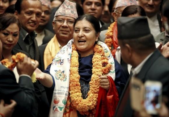 Con 54 años de edad, Bhandari es una de las pocas mujeres de la cámara nepalí, entró en política en su adolescencia para derrocar la monarquía absoluta. Foto Reuters