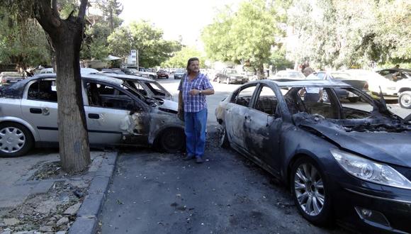 Vehículos destruidos después de un bombardeo con morteros de los grupos terroristas en las calles de Damasco. (Foto: Cortesía del autor.)