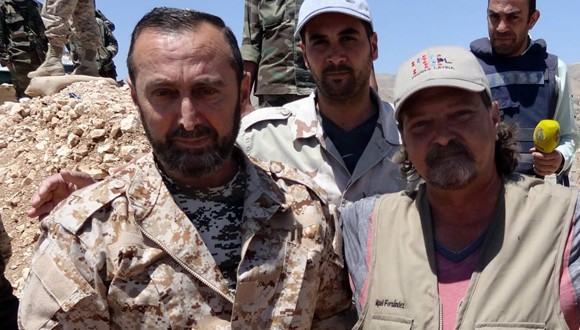 Con el general sirio Ghassan Nassur, comandante de operaciones en las montañas del Qalamoun, en la frontera sirio-libanesa. (Foto: Cortesía del autor)