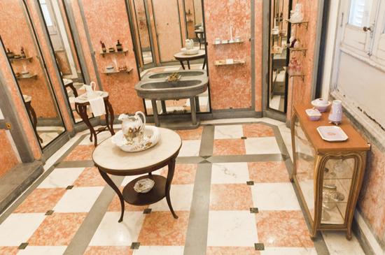 Baño Principal,  piezas de tocador trabajadas en plata, cristal y porcelana, sobresalen opalinas francesas  de René Lalique y otras procedentes de Bohemia. Foto: Roberto Garaicoa Martinez/ Cubadebate
