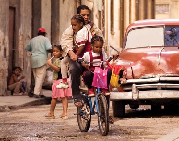 A la escuela hay que llegar puntual. Foto: Roberto Chile