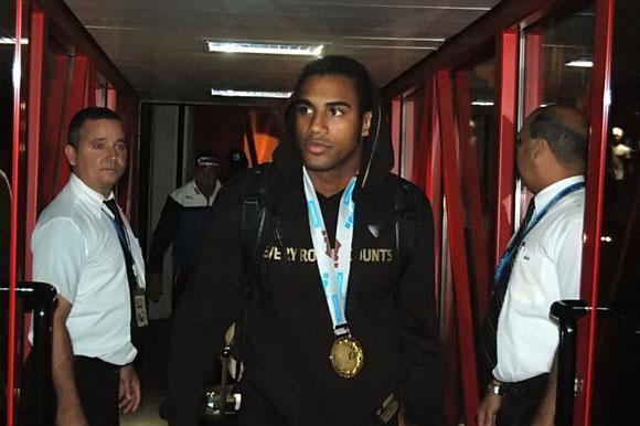 Arlen López, campeón mundial de boxeo, a su llegada a La Habana. Foto: César A . Rodríguez.