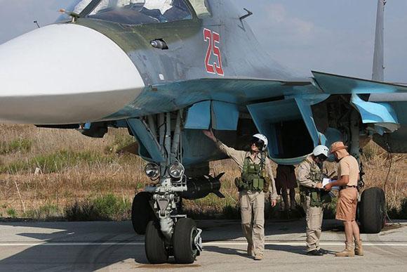 Soldados rusos junto a un Sukhoi Su-34. Foto: EPA