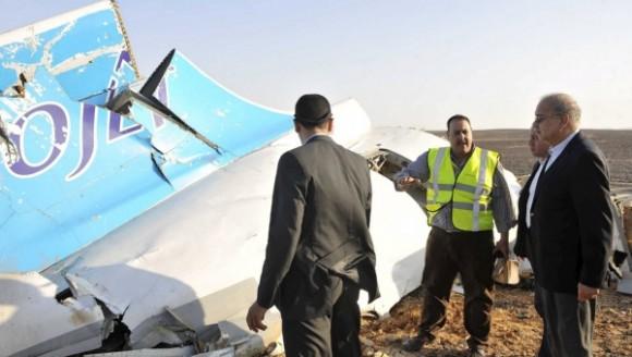 El primer ministro de Egipto Sherif Ismail mira los restos de un avión de pasajeros ruso después de que se estrellara en el centro del Sinaí. Foto: Reuters.