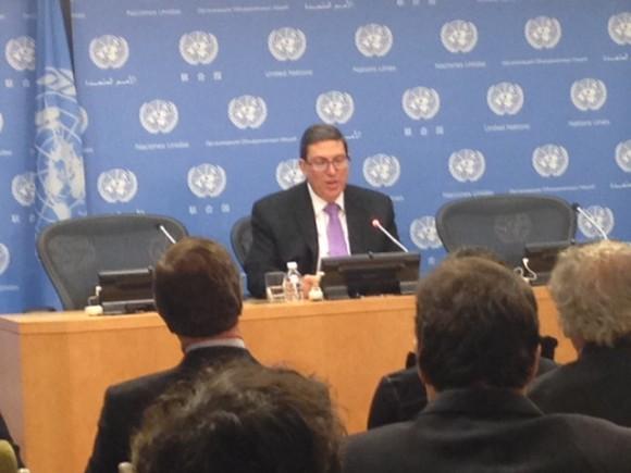 Canciller cubano Bruno Rodríguez en Conferencia de Prensa en la sede de la ONU tras histórica votación contra el bloqueo. Foto: Colaborador de Cubadebate (Tomada con móvil)
