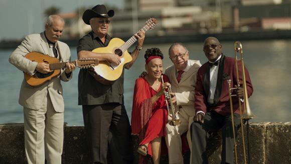 Omara Portuondo con integrantes de Buena Vista Social Club. Foto: Tomada de acidconga.com