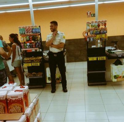 """El tuit del usuario """"@__aco26__"""" decía debajo de esta imagen: """"@SergioRamos  @losmanolostv  Sergio Ramos trabajando en el Mercadona de Tenerife  5:49 AM - 26 Oct 2015"""""""