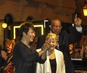 El reconocido pianista chino Lang Lang (I), junto al jazzista cubano Chucho Valdés (D), y la directora estadounidense  Marin Alsop (C), durante el concierto en la Plaza de la Catedral. Foto: Marcelino Vázquez / AIN