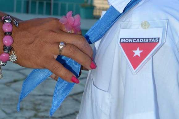 Escolares avileños añadieron por primera vez a su uniforme la pañoleta azul, que los identifica como Pioneros Moncadistas, en acto celebrado en la escuela primaria Farabundo Martí, en Ciego de Ávila. Foto: Osvaldo Gutiérrez Gómez