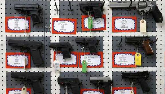 Estados Unidos tiene la población más armada del mundo, con 300 millones de armas de fuego en manos privadas. En la imagen, una tienda en Roseburg, Oregon, donde ocurrió la más reciente matanza en un plantel educativo. Foto Reuters